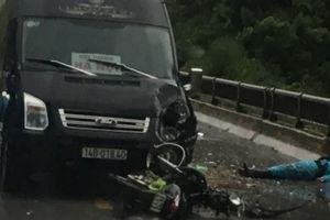 Xe Limousine đấu đầu xe máy, nạn nhân văng xa 2m tử vong