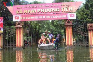 Lội nước, đẩy thuyền cứu trợ bà con vùng ngập Chương Mỹ