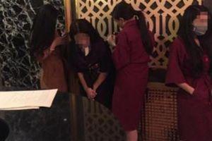 Tiếp viên mặc mát mẻ, khoác vội áo khi bị kiểm tra