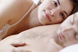 Vì sao đàn ông thường 'lăn ra ngủ' sau khi yêu