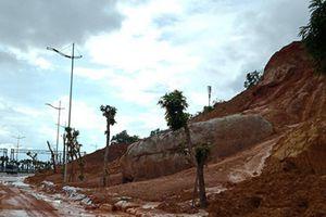 Bùn đất tràn xuống phá tan hoang tuyến đường hiện đại bậc nhất Quảng Ninh