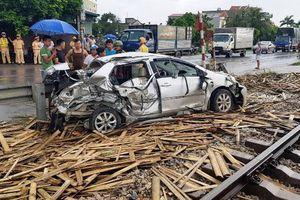 Nam Định: Tàu hỏa tông nát ô tô, 1 người chết, 3 người bị thương
