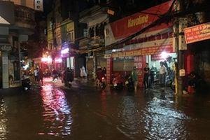 Mưa cuối ngày, nhiều tuyến phố Hà Nội đã thành sông