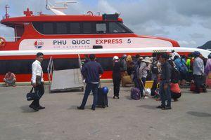 Tàu cao tốc ở Phú Quốc cứu sống thanh niên nhảy xuống biển nghi ngáo đá