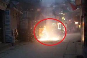Clip: Trụ điện cháy ngùn ngụt, nổ như pháo hoa ở Hà Nội