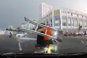 Suýt bị ô tô đâm khi xe máy chở hàng cồng kềnh vượt đèn đỏ