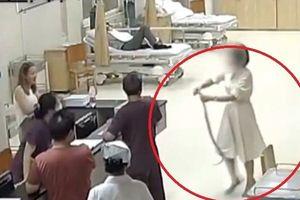 Cô gái can đảm mang rắn cắn mình vào bệnh viện