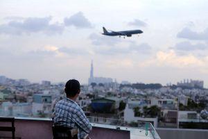 Người Sài Gòn 'lên trời' uống cà phê, ngắm máy bay