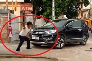 Thái Bình: Xôn xao clip người đàn ông cầm kiếm đập phá ô tô