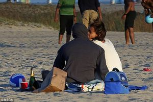 Katie Holmes và bạn trai Jamie Foxx hôn nhau đắm đuối trên biển Malibu