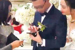 Mừng cưới: Quẹt thẻ và xuống sổ