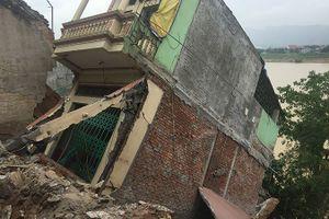 Sạt lở đất ở Hòa Bình: Sông 'nuốt nhà', nhiều vết nứt dài 100 mét