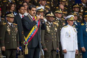 Xem vệ sĩ lao tới bảo vệ Tổng thống Venezuela trong vụ ám sát hụt