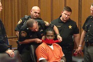 Mỹ: Bị cáo cố tình nói nhiều bị cảnh sát dán băng keo bịt miệng