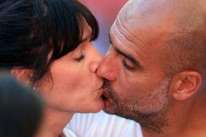 Pep 'khóa môi' vợ ở trận Siêu cúp nước Anh