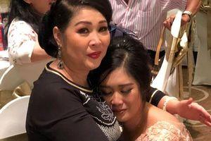 Con gái NSND Hồng Vân ôm mẹ khóc trong tiệc cưới