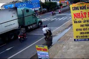 Clip: Nữ 'ninjia' hút chết vì húc xe máy vào đuôi xe container