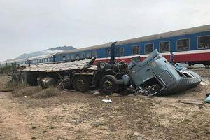 Va chạm kinh hoàng giữa tàu hỏa và xe tải, đường sắt tê liệt hàng giờ