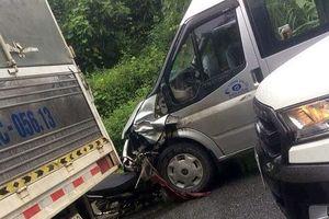 Va chạm xe máy, ô tô 16 chỗ bẹp đầu, 2 người tử vong