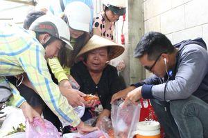 Xếp hàng cả tiếng, tranh mua cua hấp ở Sài Gòn