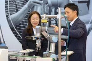 Robot hợp tác trình diễn, tương tác với con người ở Việt Nam