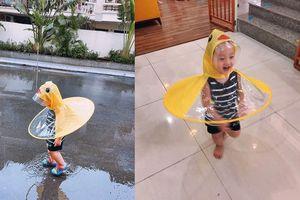 Lịm tim với clip bé Khoai Tây - Con trai Ly Kute mặc áo mưa con vịt lẫm chẫm bước đi