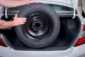 Vì sao không nên để lốp dự phòng trên ô tô?
