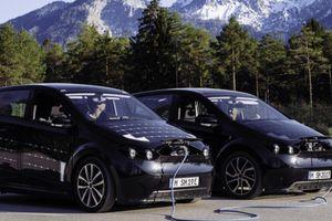 Ra mắt mẫu ô tô điện thương mại có thể sạc bằng năng lượng mặt trời