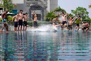 Sau 'địa chấn' tứ kết châu Á, Thái Sơn Nam thả lỏng tại hồ bơi