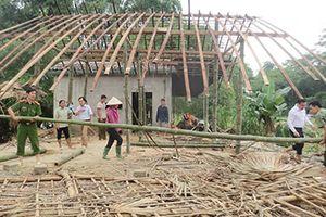 Xúc động hình ảnh Công an giúp dân trong bão lũ