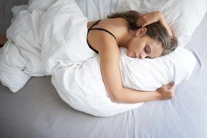 Có nên mặc áo ngực khi ngủ?