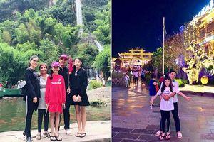 Đi du lịch Phượng Hoàng Cổ Trấn cùng vợ con xinh đẹp, MC Quyền Linh vẫn 'trung thành' với dép tổ ong