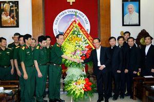 Đoàn công tác của Bộ CHQS tỉnh chúc mừng tân giám mục Chính tòa Giáo phận Thanh Hóa