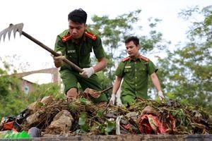 Rác ngập khắp nơi, lực lượng Công an giúp dân dọn rác