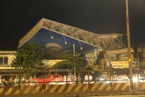 Gió lớn xô đổ biển quảng cáo ở Sài Gòn làm một người tử vong