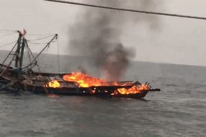 Tàu cá Thanh Hóa bốc cháy ngoài khơi