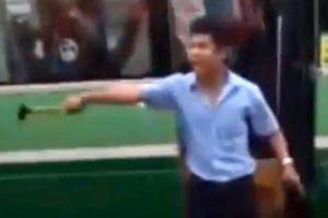 Tài xế xe buýt cầm búa dọa đánh đồng nghiệp trên đường Sài Gòn