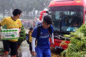 Clip: CĐV Bình Dương đội mưa xem buổi tập cuối của Olympic Việt Nam