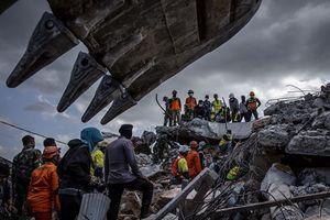 Người dân Indonesia thẫn thờ dọn dẹp đống đổ nát sau động đất