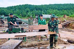 Hàng trăm cán bộ, chiến sĩ giúp người dân thu nhặt tài sản sau lũ quét