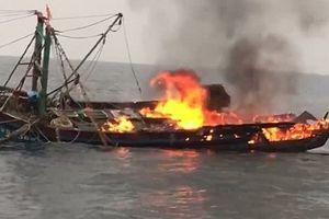 Tàu cá cháy ngùn ngụt, 7 ngư dân may mắn thoát chết
