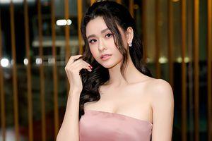 Dẫu có buồn vì tình duyên trắc trở, Trương Quỳnh Anh vẫn đẹp không lối thoát khi khoe vai trần quyến rũ