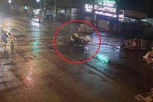 Clip: Thanh niên đi xe máy phóng như tên lửa, tông sập rào chắn tàu hỏa