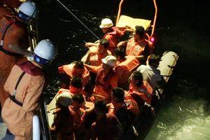 Cứu 11 thuyền viên trên tàu sắp lật