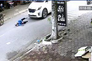 Gây tai nạn, tài xế kéo cụ bà vào vỉa hè rồi thản nhiên bỏ đi