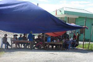 Hà Tĩnh: Dân lại dựng rạp, mang ruồi đến trước Nhà máy rác Phú Hà