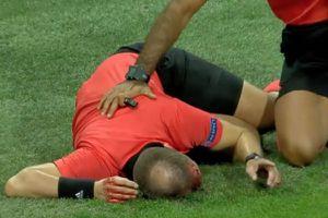 Trọng tài bắt trận đấu vòng loại Europa League bị ném vật cứng rách toạc đầu