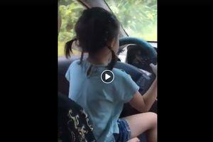 Cư dân mạng bức xúc với clip bố cho con gái cầm vô lăng