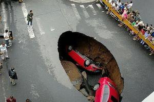Hố tử thần khổng lồ bỗng dưng nuốt chửng xe trên đường
