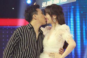 Vợ chồng Hari Won - Trấn Thành 'tình bể bình' trên sân khấu Giọng Ải Giọng Ai